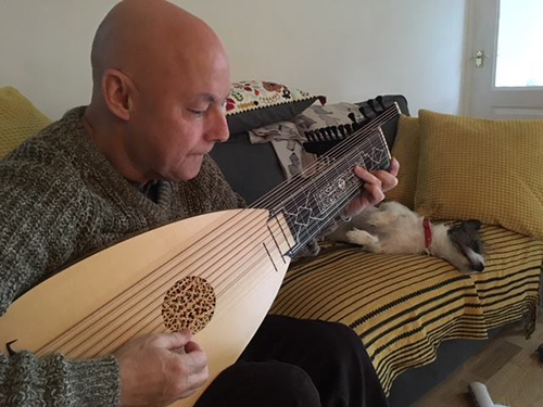 Customer playing baroque lute.